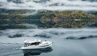 elektrisk cabincruiser fra Canak Boats Telemark kjører opp Telemarkskanalen om høsten