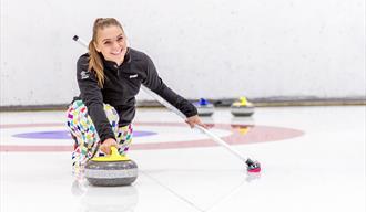 Jenta på curling i Skien fritidspark