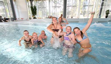 gruppe jenter på badeland i Skien fritidspark