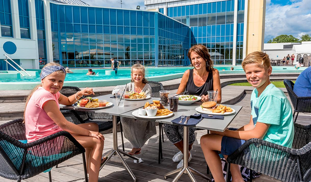 family eats on the terrace by the bathing park at Quality Hotel Skjærgården