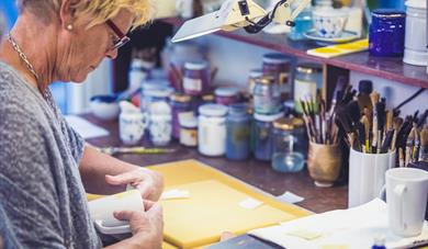 Porselensdekoratør på Porsgrunds Porselænsfabrik
