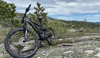 sykkel til Sykkel & Tur Gautefall står på en svaberg