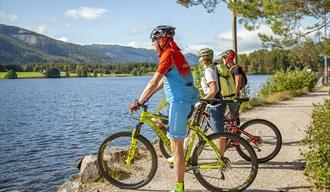 syklister står ved vannet i Vrådal