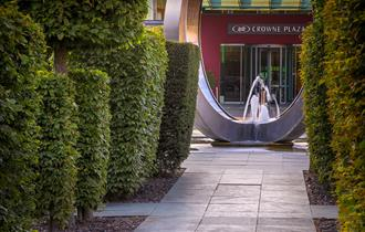 Entrance to Crowne Plaza Marlow with fountain.
