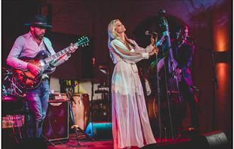 Hobbs of Henley - Gin and Jazz Cruise - Purdy and her band