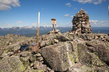 Toppvarden og trepostkasse på Gilafjell