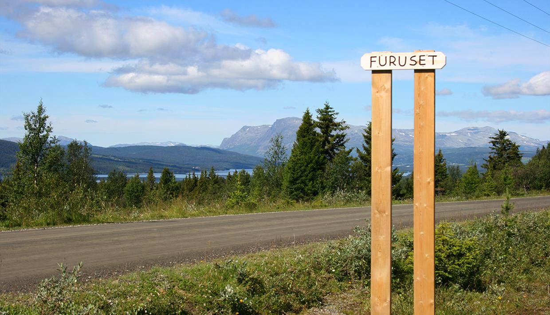 Along the way around Lake Tisleifjorden at Furuset. In the background, Skogshorn can be seen.