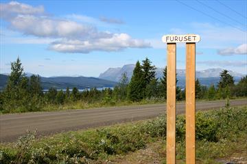 På tur rundt Tisleifjorden ved Furuset, i retning mot Langestølen. I bakgrunnen skimtes Skogshorn.