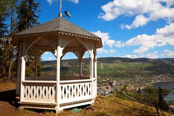 Hvit trepaviljong på et utsiktspunkt over Fagernes