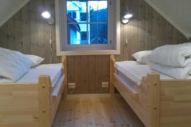 To senger på et soverom.