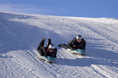 Full fart nedover skibakken med airboarding.