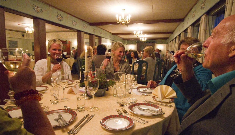 Grønolen Fjellgard, Spisesal med gjester rundt bordene, Valdres