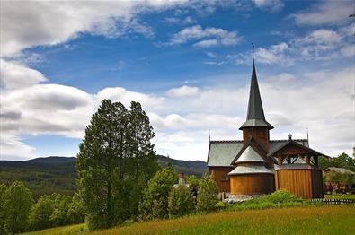 Hedalen stavkirke en sommerdag.