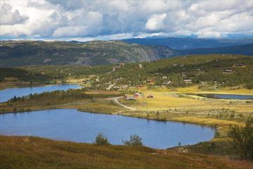 Idyllische UMgebung bei Nordre Fjellstølen mit Almwegen, Hütten und Seen. Im HIntergrund erhebt sich das Makalausmassiv.