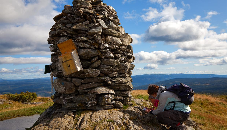 An der großen Gipfelwarte des Synet. Eine Mutetr und ein Kind registrieren ihre Besteigung im Gifelbuch.