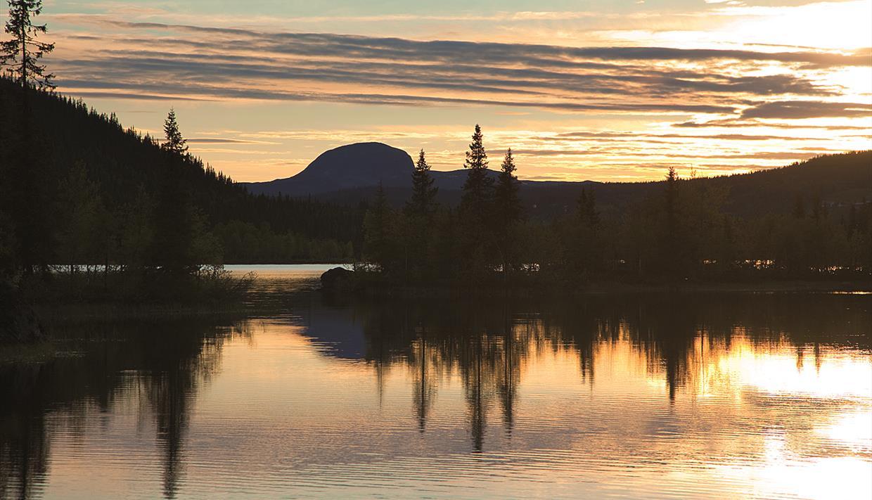 Sonnenuntergang über dem Steinsetfjorden mit dem charakteristischen Rundemellen im Hintergrund.