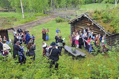 Mye festkledde folk på tunet på Bautahaugen.