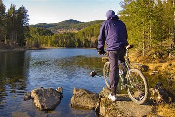 Ein Fahhradfahrer genießt den Blick über den See Fløafjorden.