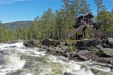 Fosstopp ligger rett ved den flotte elva, Aurdøla.