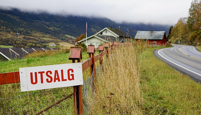 Hande Gard sett fra skiltet ved veien.