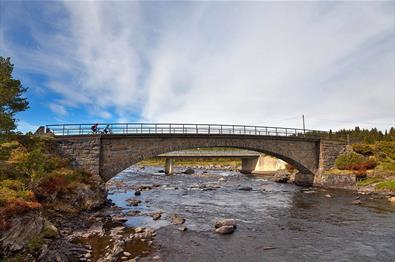 The Kjærlighetsstien cycling route crosses River Tisleia on Ormhamar Bridge naer Vasetdansen.