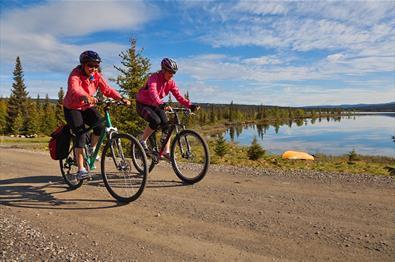 To syklister langs Pardisfjorden.