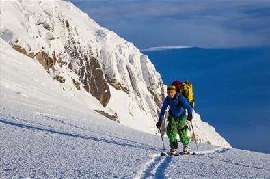 Aufstieg mit Skiern in Richtung Rasletinden.