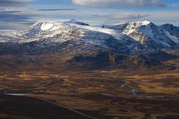 Rasletinden (litt til venstre for midten) sett fra Brurskardknappen.