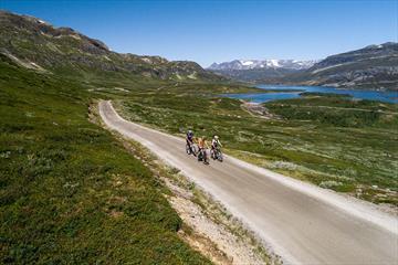 Entlang des Slettefjellvegen mit dem See Fleinsendin und Jotunheimen im Hintergrund.