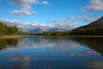 Der See Storfjorden an einem schönen Sommertag.