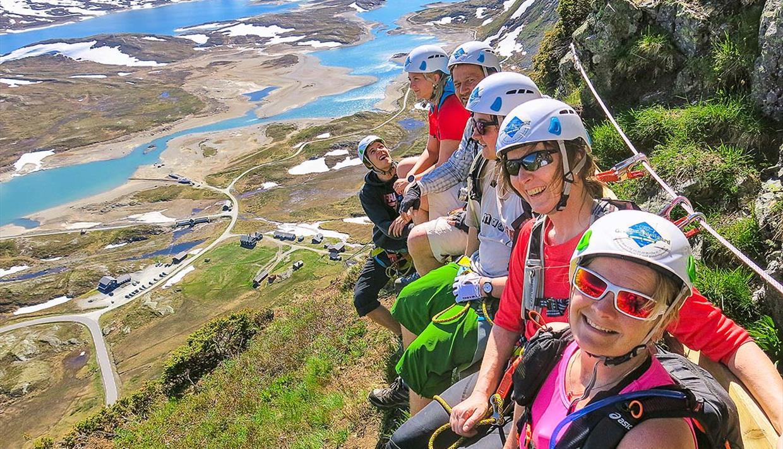 Klatrere nyter den spektakulære utsikten over fjell og fjord.