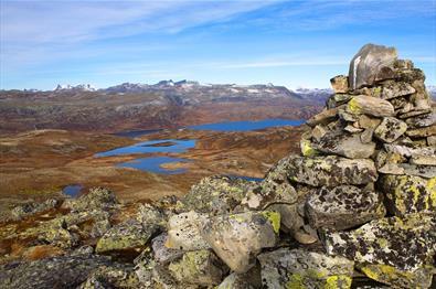 Aussicht von dert Tyinstølsnøse über Fjell und Seen zu den spitzen Gipfeln des Hurrunganemassivs.