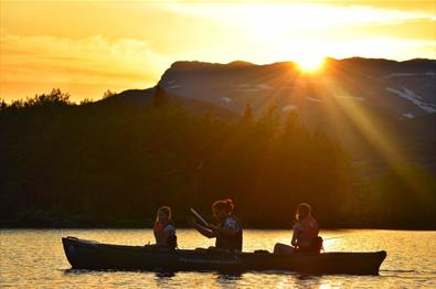 Family canoe tour in Lake Øyangen