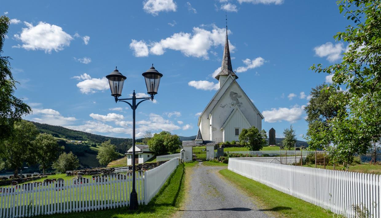 Ulnes Kirke en sommerdag