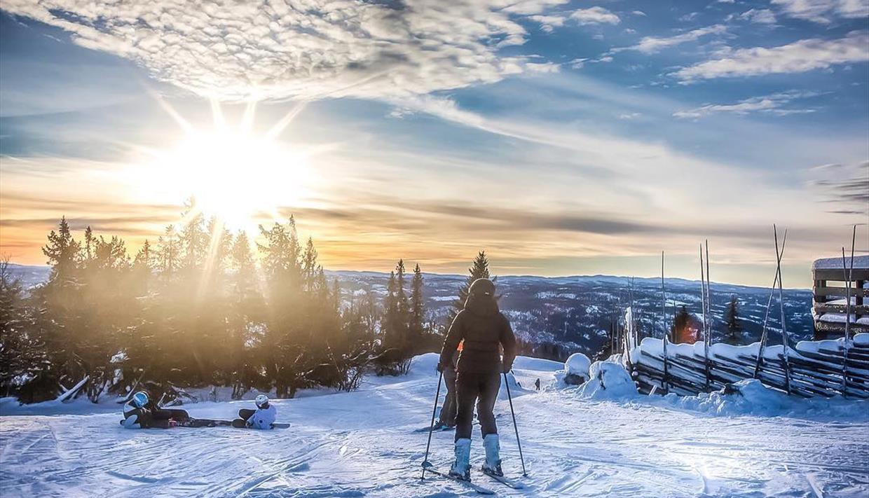 Skifahrer mit fantastischer Aussicht gegen die Wintersonne.