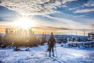 Alpinkjører med fantastisk utsikt i vintersol.