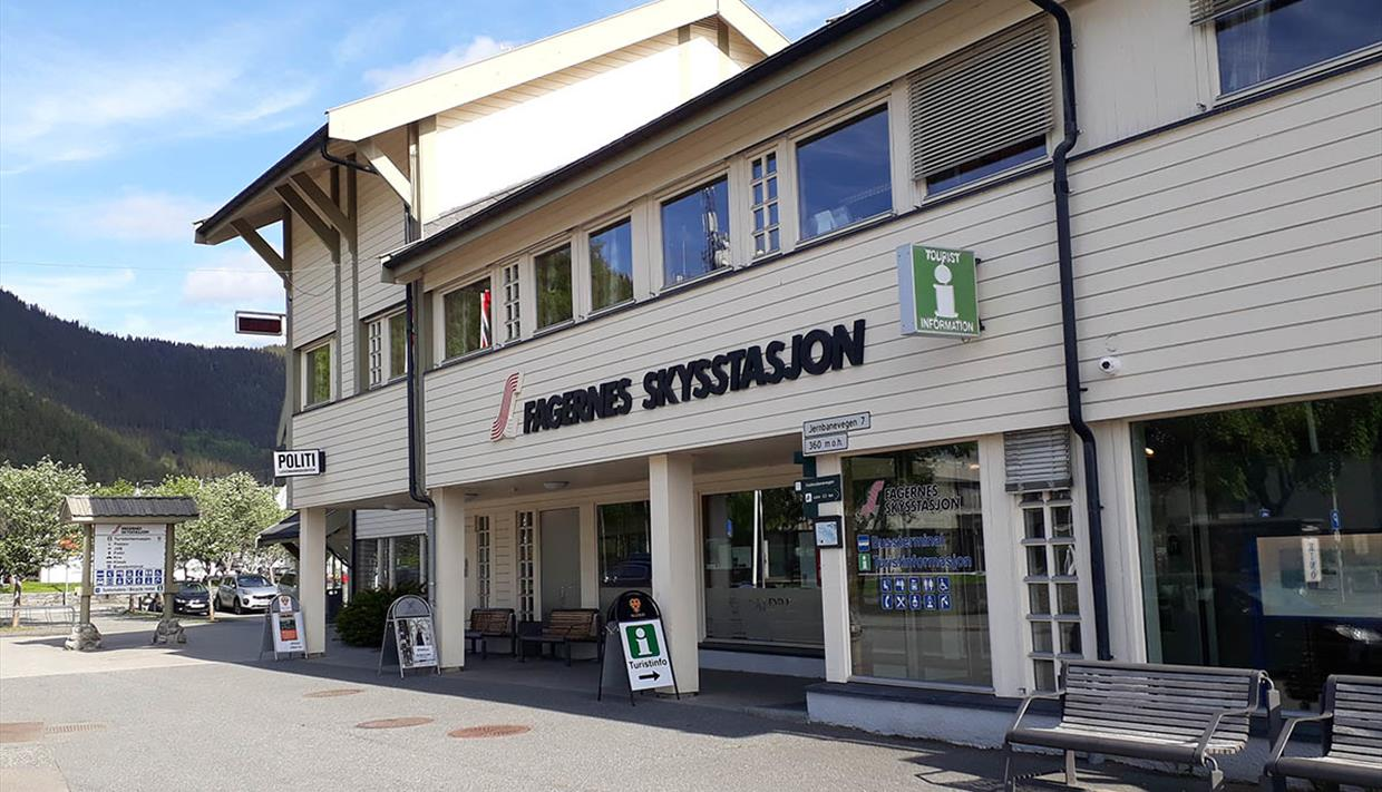 The tourist office in Fagernes is located right in the town center in the Skysstasjon building (central bus station).