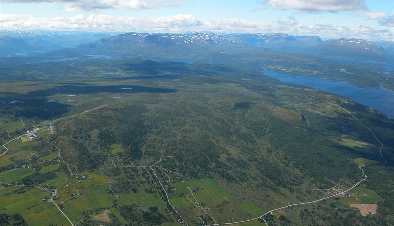 """Luftfoto über das Golsfjell, welches große Teile der Fjellstraße, die um das Massiv führt, zeigt. Hier führt die Fahrradroute """"Golsfjellet rundt"""" entlang."""