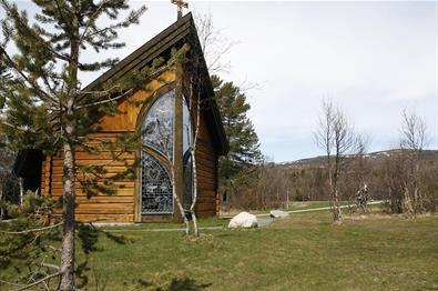 Lyskapellet på Beitostølen med sitt fine glassmosaik sett utenfra om sommeren.