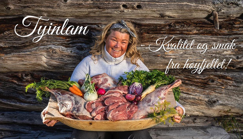 Line fra Tyinlam med et fat med lammekjøtt og grønnsaker.