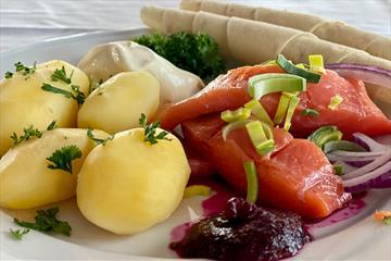 Rakfisktallerken med kokte poteter, rakfisk og lefsetilbehør