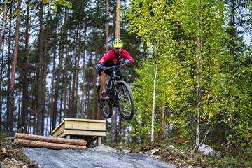Terrengsyklist hopper ved Valdres Storhall