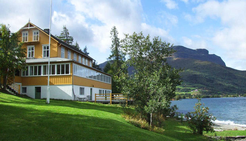 Sommerhotellet i Vang ligger rett i strandkanten til Vangsmjøsa.