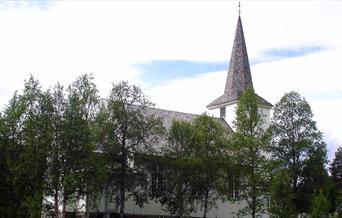 Leveld kyrkje om sommeren.