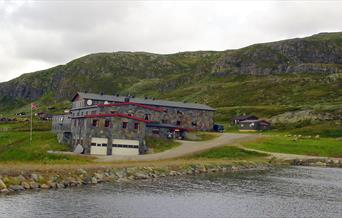 Rødungstøl Høyfjellshotel om sommeren, beliggende i flott turterreng.