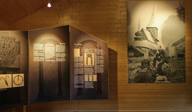 Infotavle og bilde av Ål Stavkyrkje