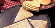 Rummebrød, lefsekling og gommokaker frå Leveld Lefsebakeri.