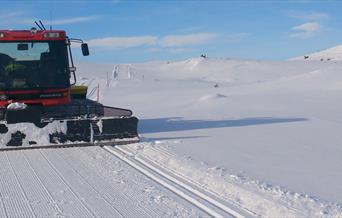 Løypemaskin kjører skispor