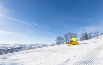 Full fart i kjelkebakken hos Skarslia Ski- og akesenter.