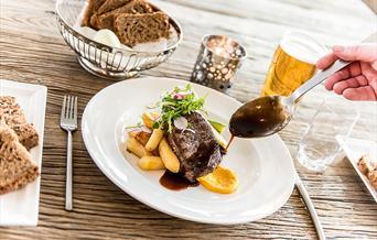 Vær så god - maten er servert i Bergtatt Bistro.